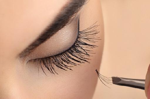 Destaque seu olhar sem maquiagem com alongamento de cílios