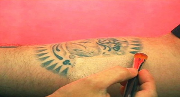Técnica para esconder tatuagem