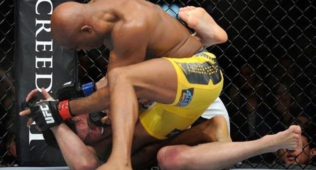 Anderson Silva vence Chael Sonnen e mantém cinturão no UFC 148