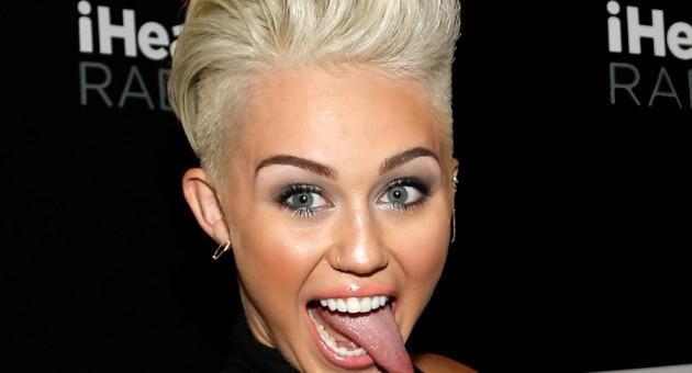 Miley Cyrus aparece nua em novo clipe