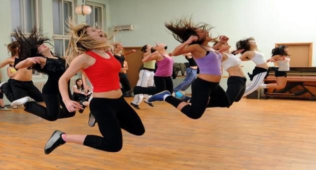 Coreografias famosas que podem te ajudar a perder peso em casa