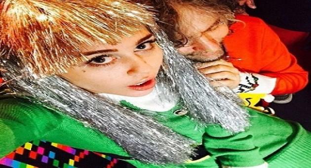 Miley Cyrus aparece em festa de Natal muito estranha